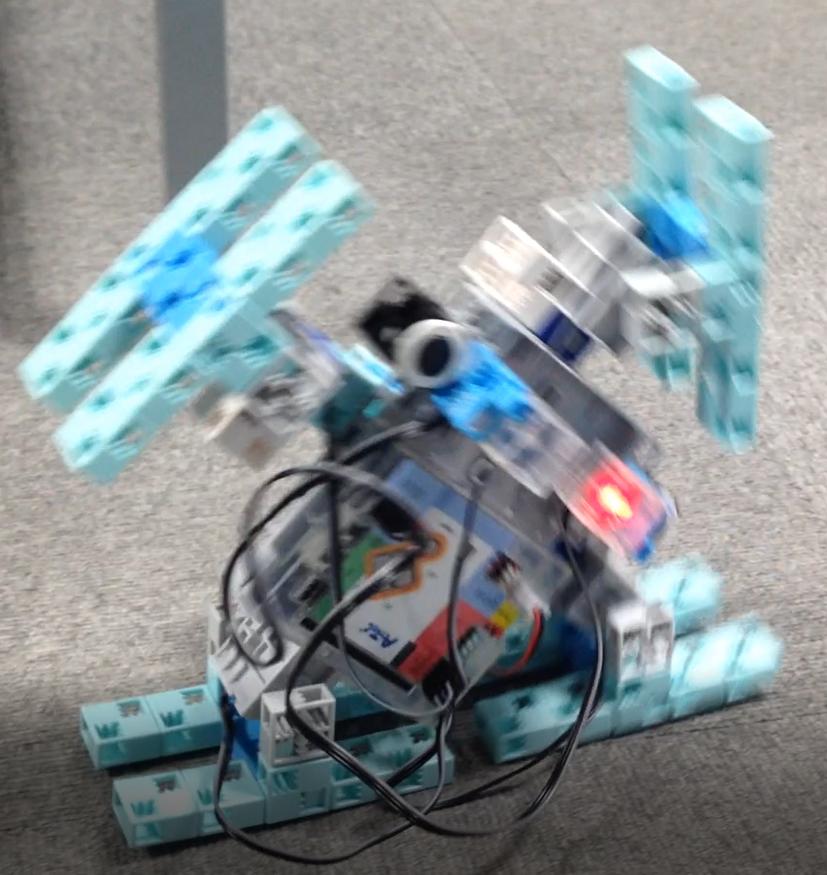 LEDをチカチカさせながらすすむ大車輪ロボット