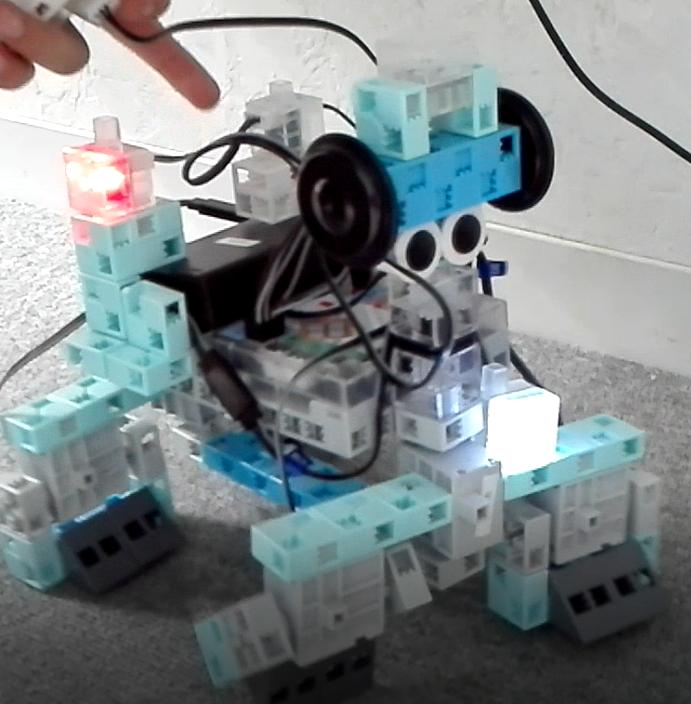 前後に操作できる4足歩行ロボット